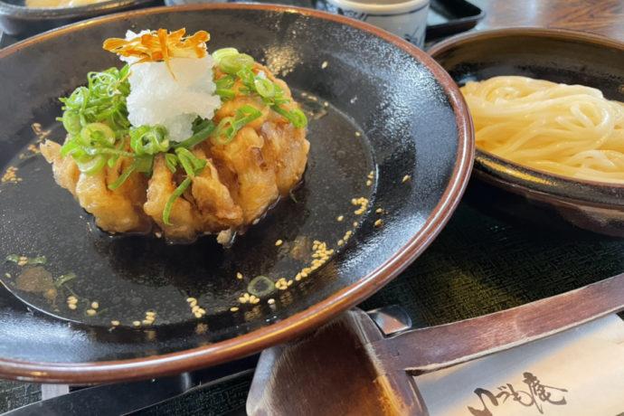 淡路島「いづも庵」の丸ごと玉ねぎ天ぷらのタマネギつけ麺